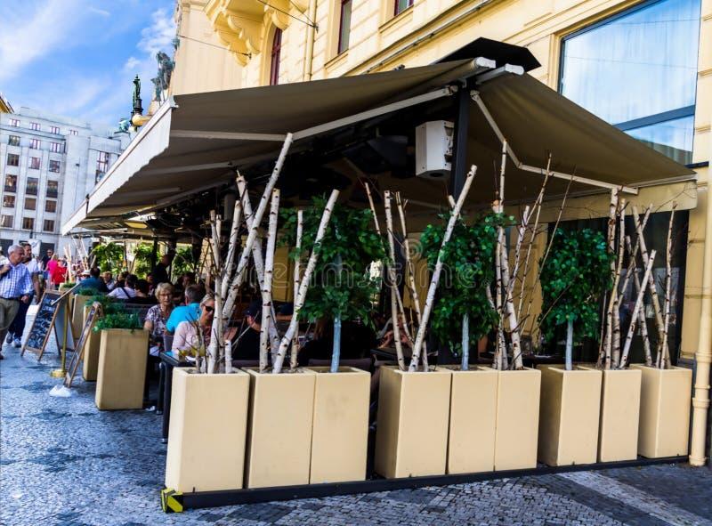 Klein straatrestaurant op het Vierkant van de Republiek praag stock fotografie