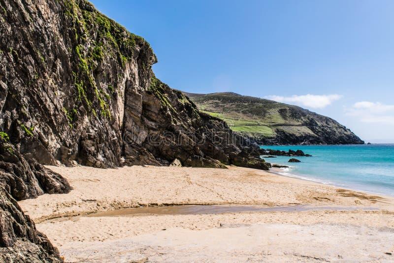 Klein strand naast de klippen royalty-vrije stock afbeelding