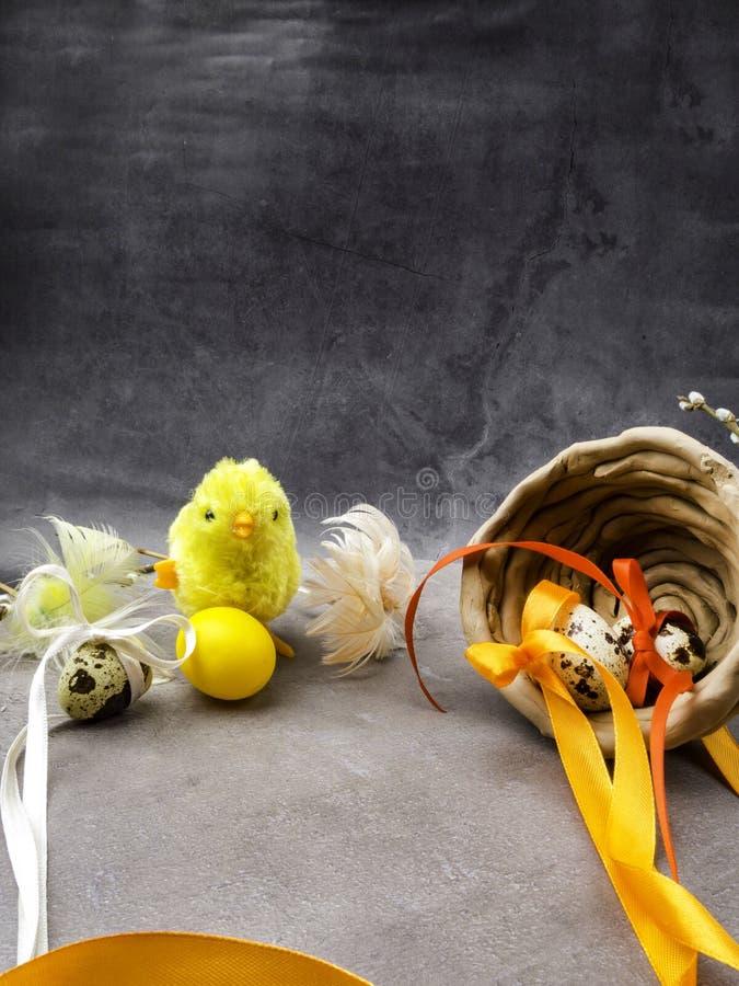 Klein stuk speelgoed kuiken met paaseieren royalty-vrije stock foto
