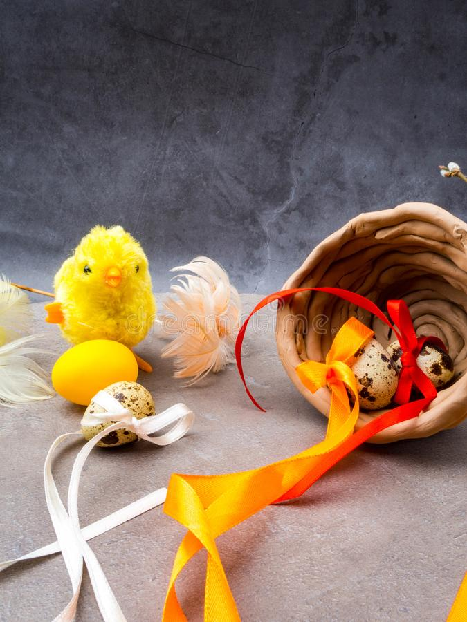 Klein stuk speelgoed kuiken met paaseieren royalty-vrije stock foto's