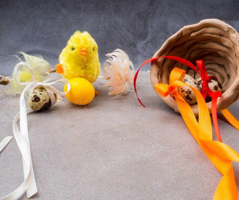 Klein stuk speelgoed kuiken met paaseieren royalty-vrije stock afbeeldingen