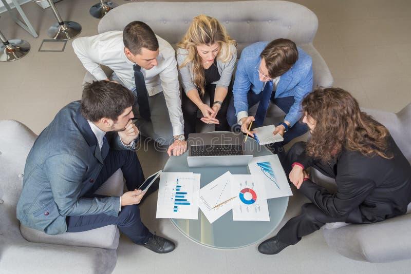 Klein team die over toekomstige bedrijfsstrategieën op een mee bespreken stock afbeelding