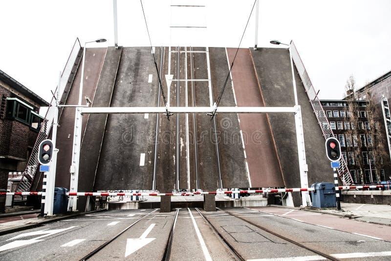 Klein trek brug die wordt opgeheven om lange schepen toe te staan om over te gaan royalty-vrije stock afbeelding