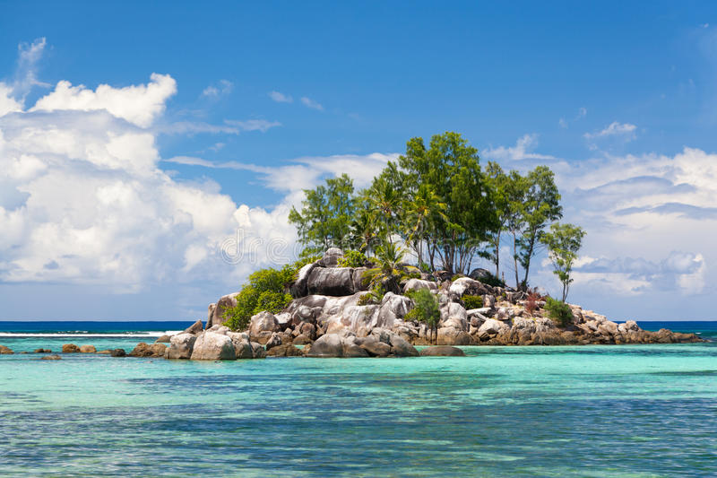 Klein tropisch rotsachtig eiland stock afbeeldingen