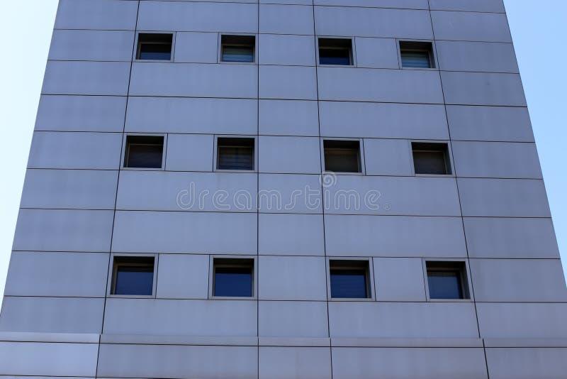 Klein venster in een grote stad stock afbeelding