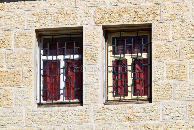 Klein venster in een grote stad stock fotografie