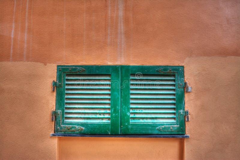 Download Klein Venster In Een Oranje Muur Stock Foto - Afbeelding bestaande uit italië, gesloten: 54077180