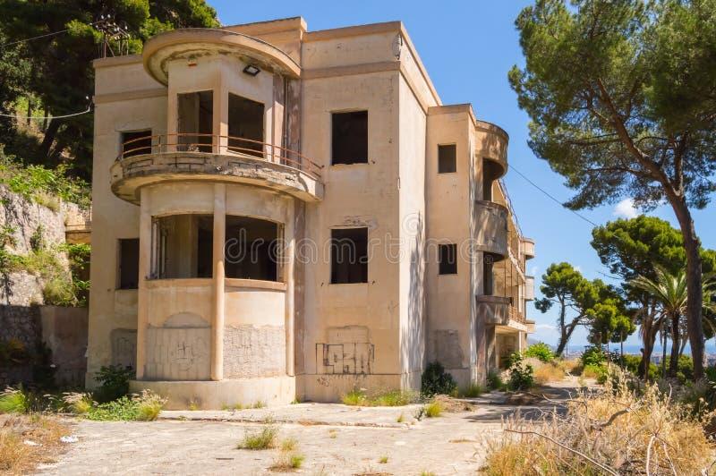 Klein, verlaten hotel op de hoogten van Palermo royalty-vrije stock fotografie