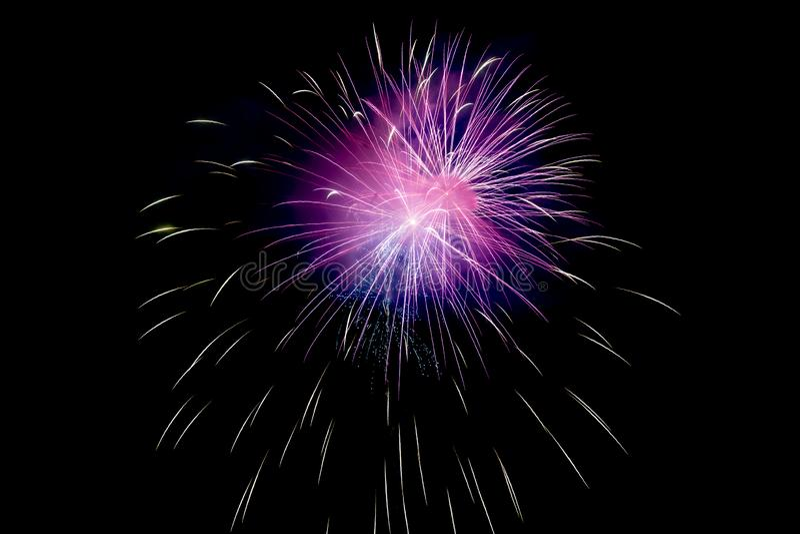 Klein Violet Sparkling Fireworks Background op Night Scene stock afbeeldingen