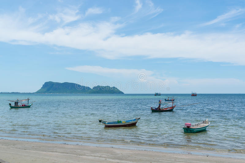 Klein vissersbotenao Prachuap gebied, de provincie van Prachuap Khiri Khan in Zuidelijk Thailand stock fotografie