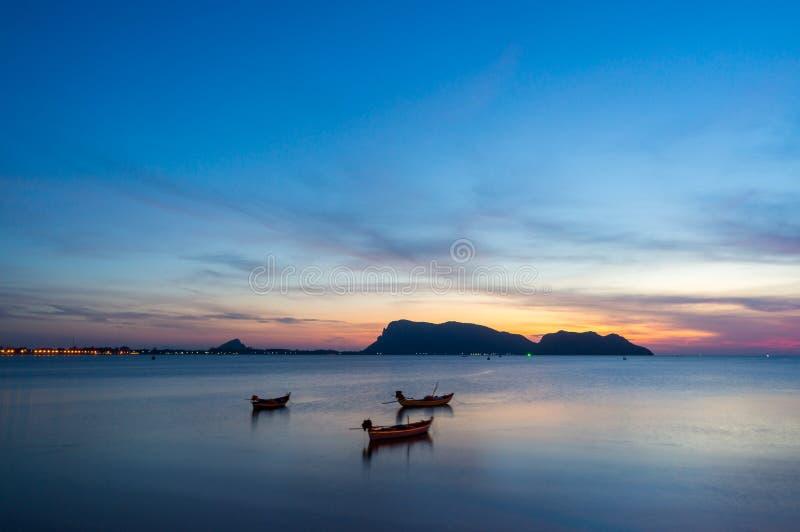 Klein vissersbotenao Prachuap gebied, de provincie van Prachuap Khiri Khan in Zuidelijk Thailand stock foto's