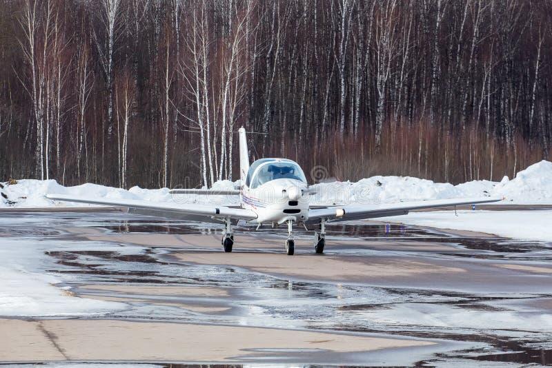 Klein vliegtuig bij de luchthaven in de winter stock foto
