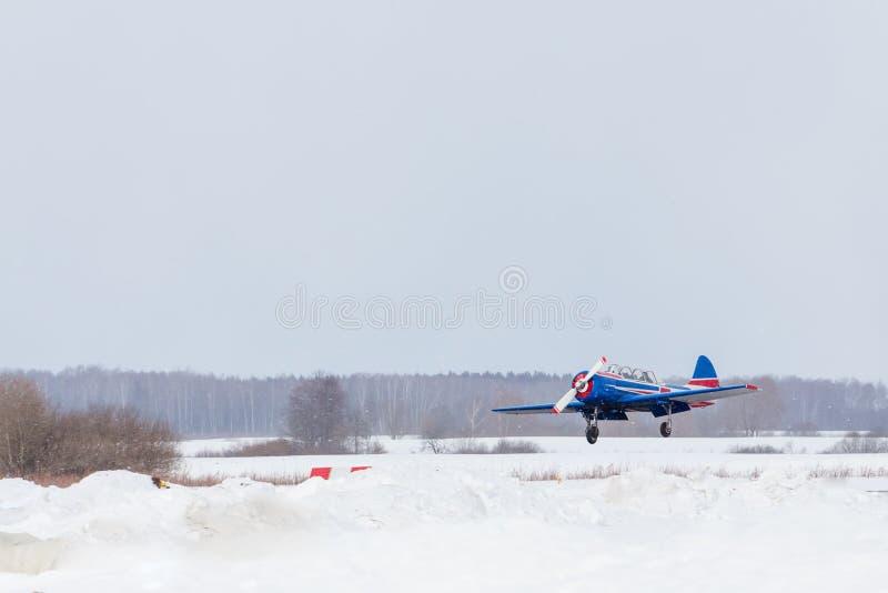 Klein vliegtuig bij de luchthaven in de winter royalty-vrije stock afbeelding