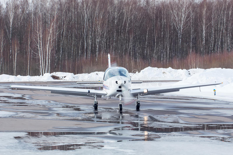 Klein vliegtuig bij de luchthaven in de winter royalty-vrije stock foto's