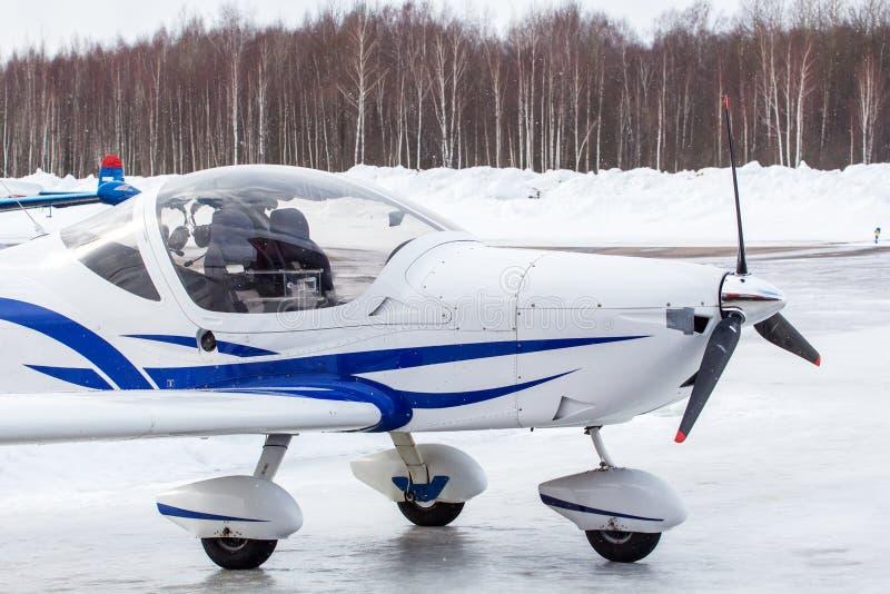 Klein vliegtuig bij de luchthaven in de winter royalty-vrije stock afbeeldingen