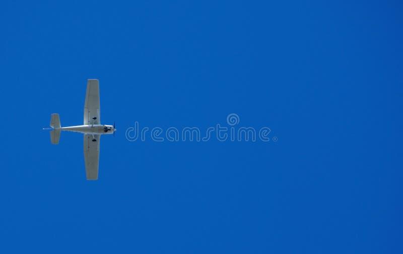 Klein vliegtuig in de hemel stock afbeelding