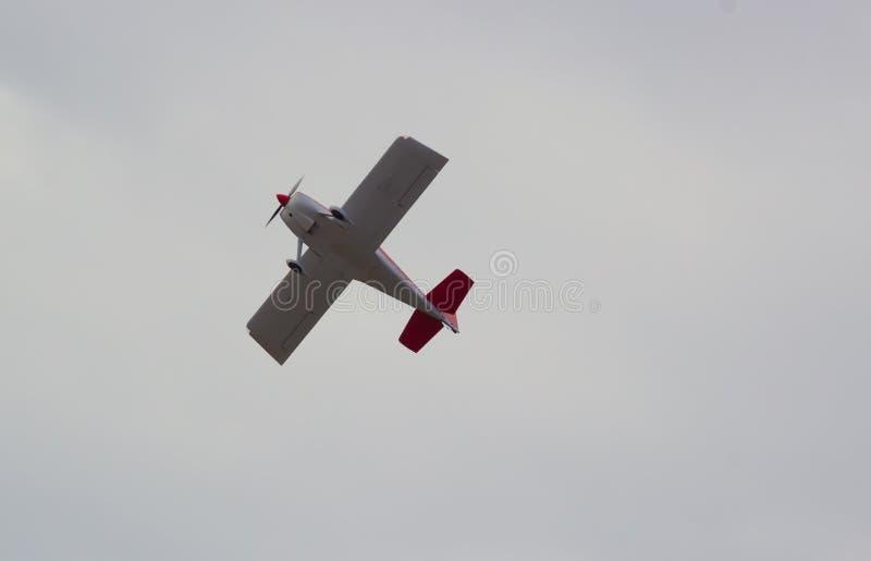 Klein vliegtuig in de lucht stock foto