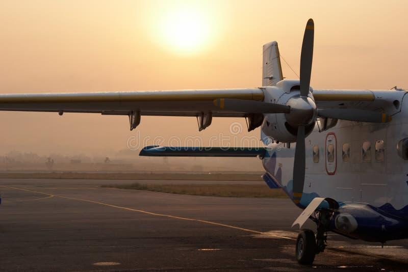 Klein vliegtuig in de luchthaven van Katmandu, Nepal royalty-vrije stock afbeelding