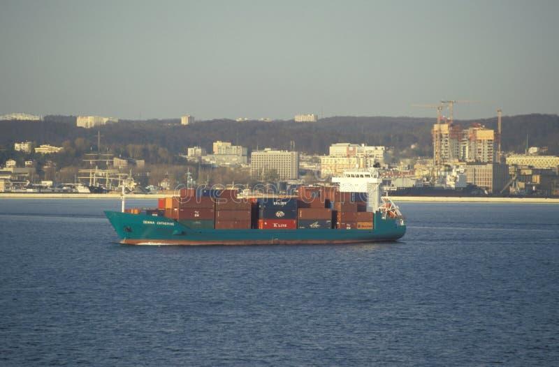 Klein vrachtschip die haven verlaten vroege ochtend royalty-vrije stock afbeeldingen