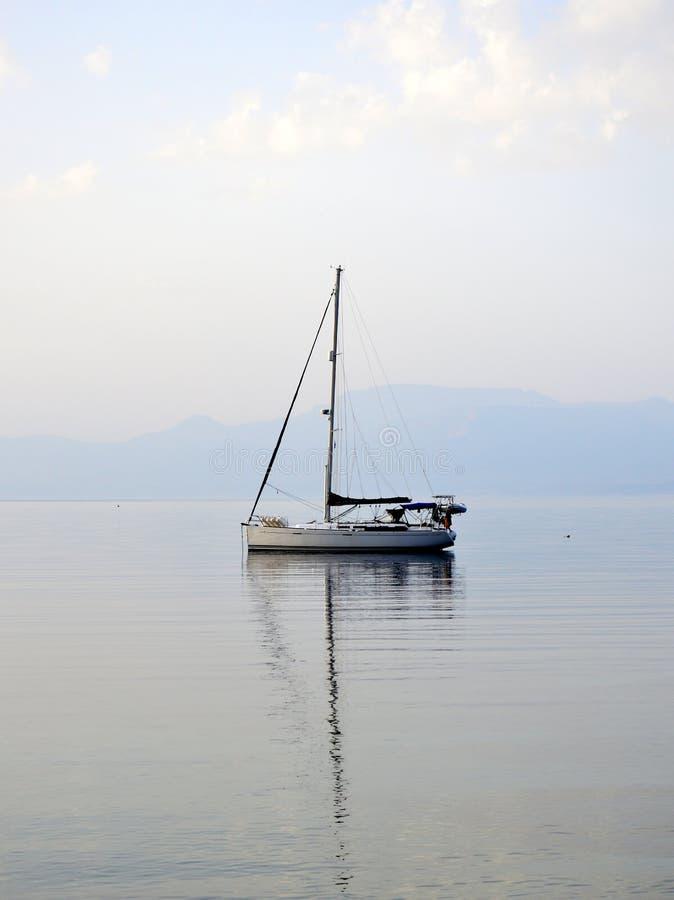 Klein Wit die Jacht in Baai, Griekenland wordt verankerd stock foto's