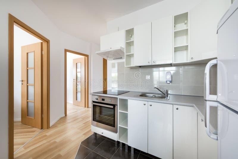 Klein, wit modern keuken binnenlands ontwerp stock afbeeldingen