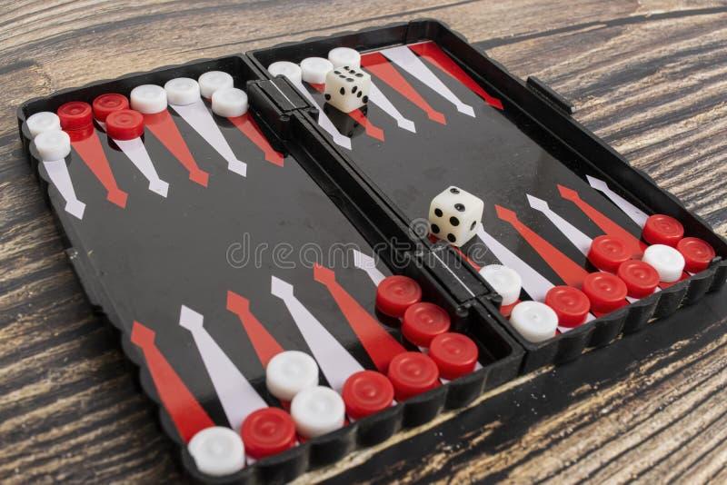 Klein zakbackgammon op een houten lijst stock fotografie
