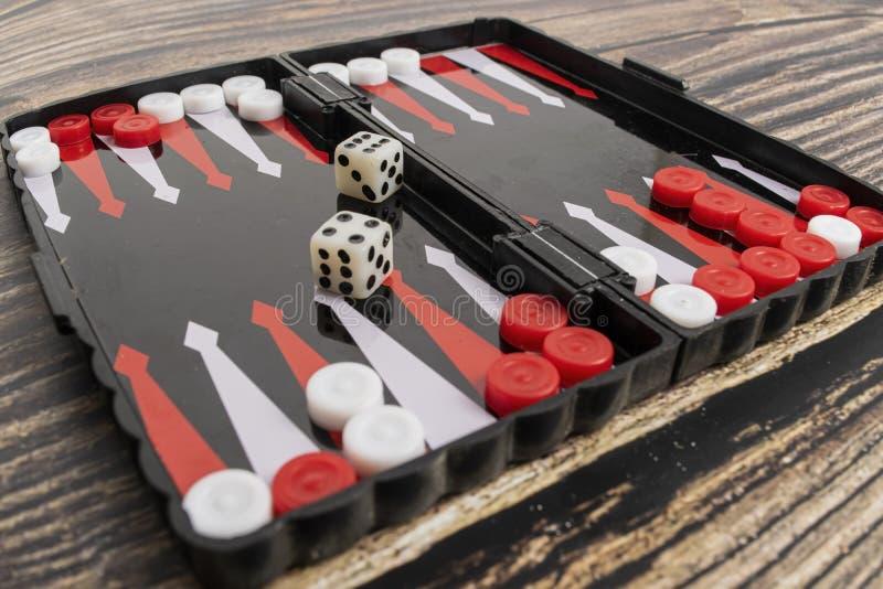 Klein zakbackgammon op een houten lijst stock afbeeldingen