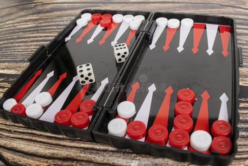 Klein zakbackgammon op een houten lijst stock afbeelding