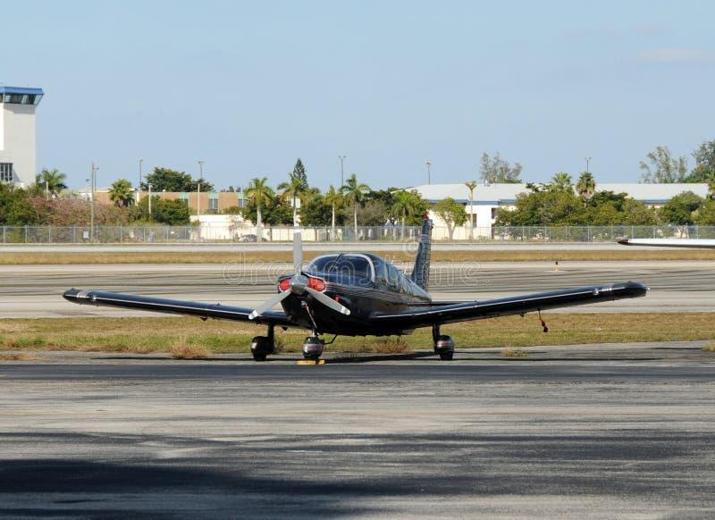 Klein zwart vliegtuig royalty-vrije stock foto