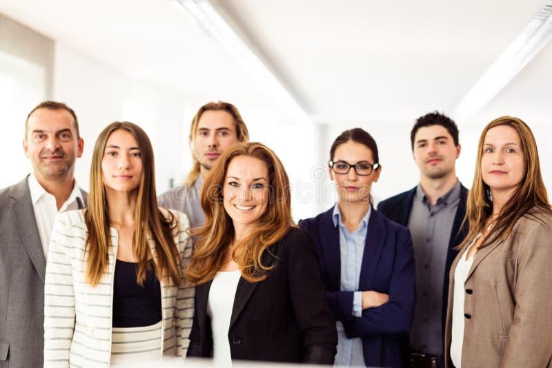 Kleinbetrieb Team In Their Office lizenzfreie stockfotografie