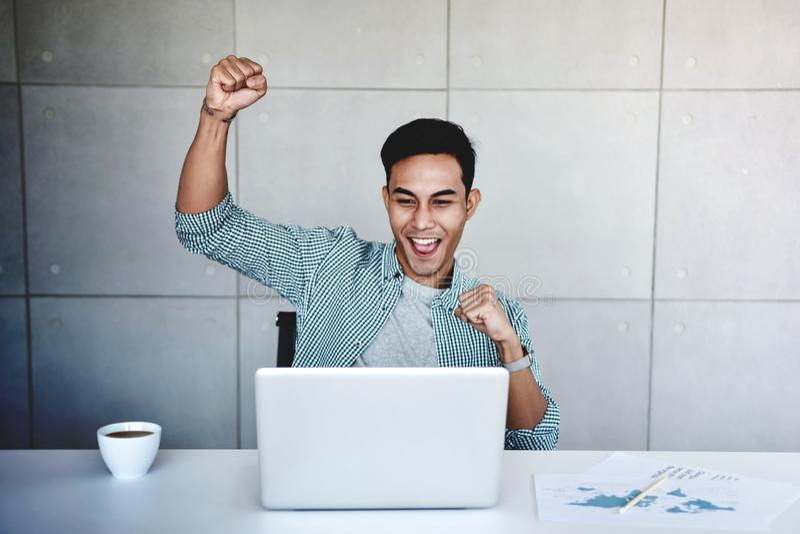 Kleinbetrieb und erfolgreiches Konzept Junger asiatischer Geschäftsmann Glad, zum guten Nachrichten oder der hohen Gewinne zu emp lizenzfreie stockfotografie