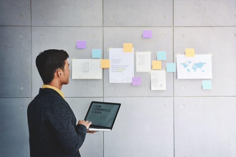 Kleinbetrieb-und Strategie-Konzept Junger Geschäftsmann im Büro Arbeiten mit Computer lizenzfreie stockfotografie