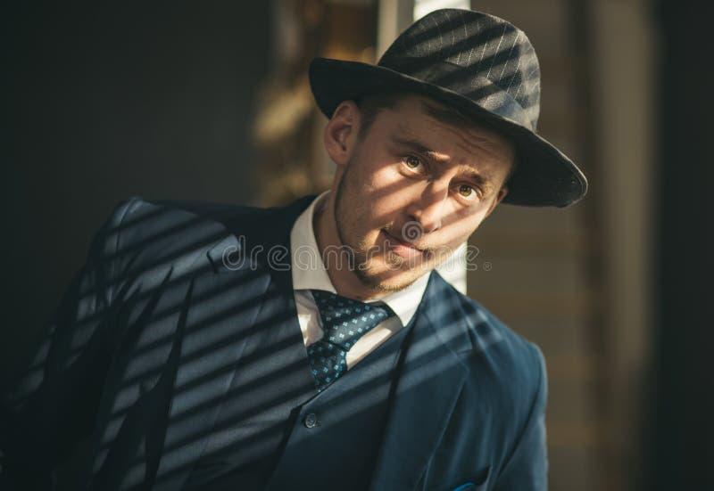 Kleinbetriebkonzept Mann in der Klage mafia Verdienen des Geldes Geschäftsmannarbeit im Buchhalterbüro Retro- Mann Wirtschaft und lizenzfreies stockfoto