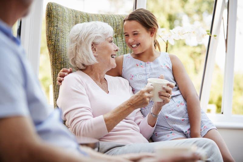 Kleindochter Bezoekende Grootouders in Zitkamer van Pensioneringshuis stock foto's