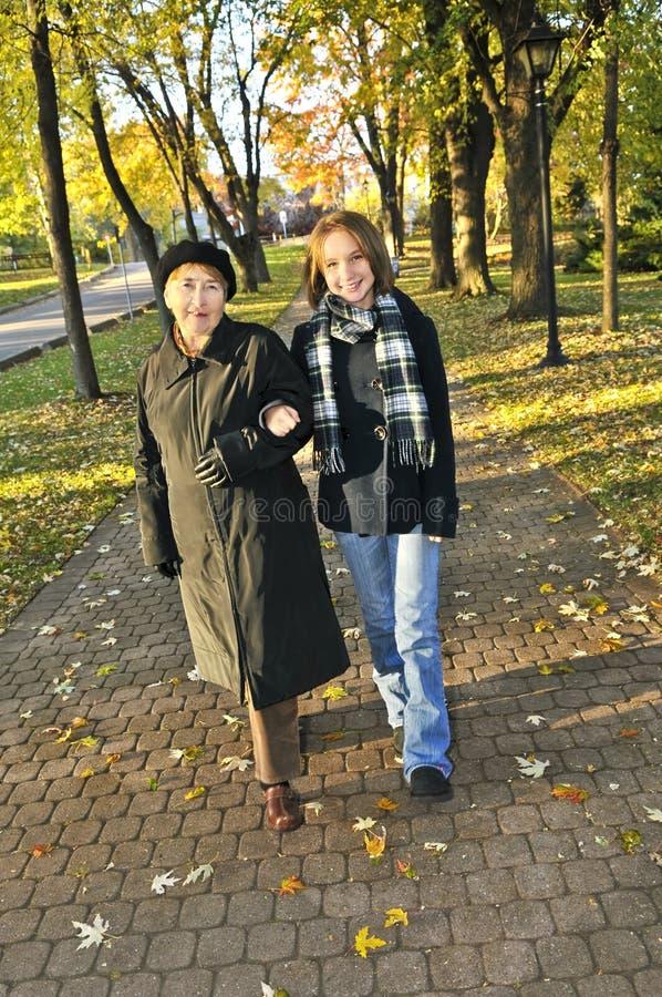 Kleindochter die met grootmoeder loopt royalty-vrije stock afbeelding