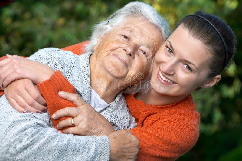 Kleindochter en grootmoeder stock foto