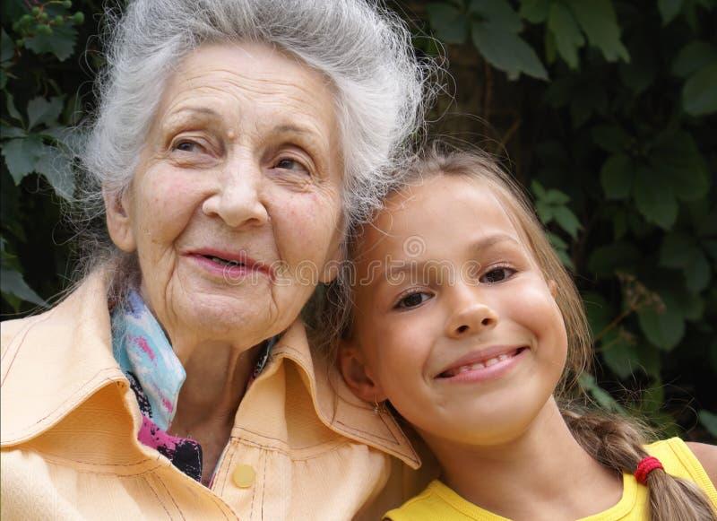 Kleindochter en haar grootmoeder stock foto's