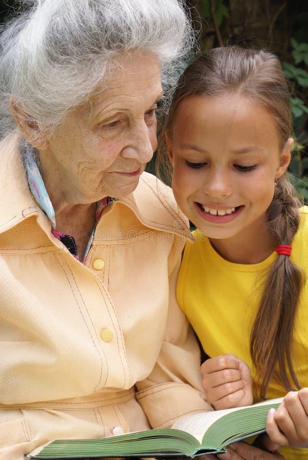 Kleindochter en haar grootmoeder royalty-vrije stock foto's