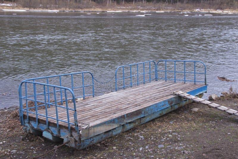 kleine aan wal geworpen rivierpijler stock foto