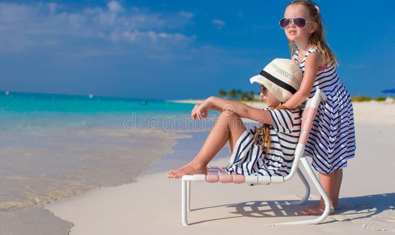 Kleine aanbiddelijke meisjes in ligstoel tijdens royalty-vrije stock foto