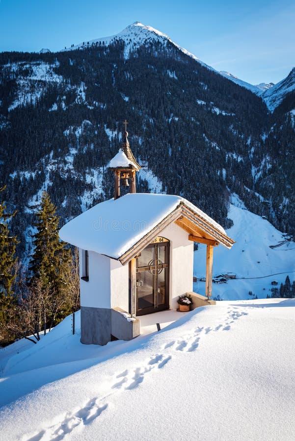 Kleine alpiene kapel in de Oostenrijkse Alpen stock afbeeldingen