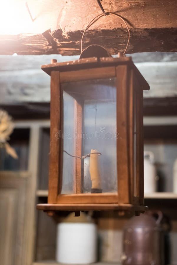 Kleine alte Kerze in einem hölzernen und Glaskasten stockfotografie