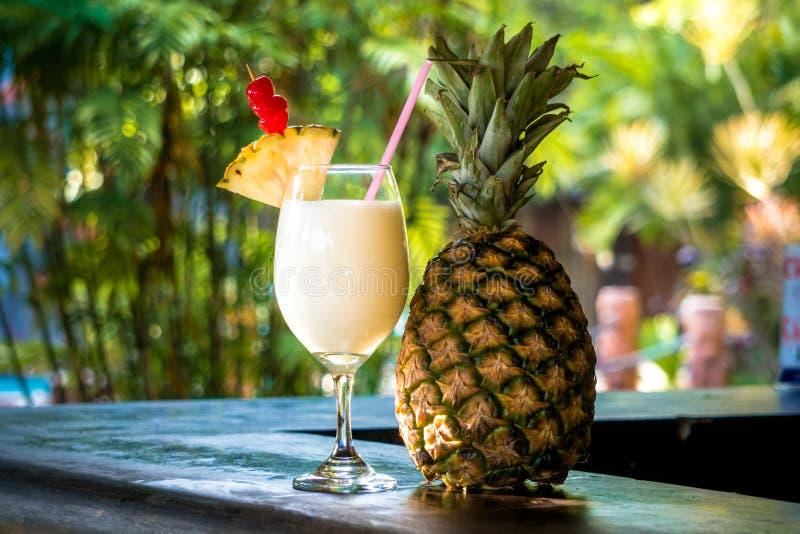 Kleine Ananas en Ananascocktail stock foto's