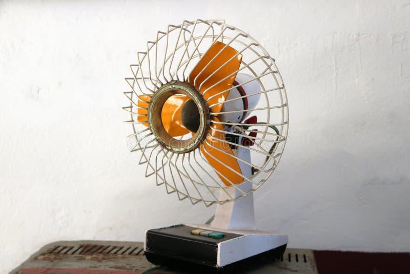 Kleine antieke elektrische ventilator met oranje Bladen stock foto