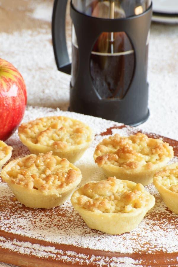 Kleine appeltaartjes of tartlets op hout met koffie royalty-vrije stock foto's