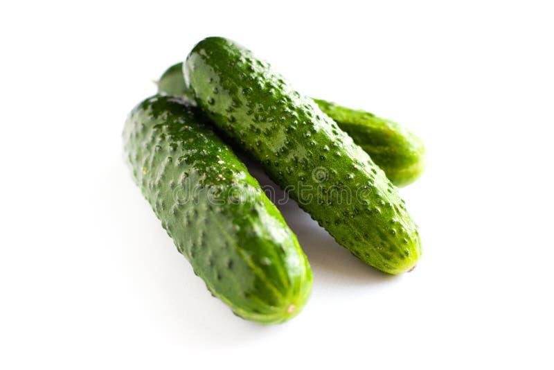 Kleine augurken, heerlijke verse komkommers op een witte achtergrond royalty-vrije stock afbeeldingen