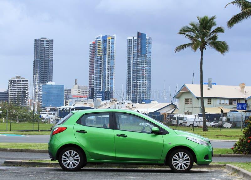 Kleine auto in de stad royalty-vrije stock afbeelding