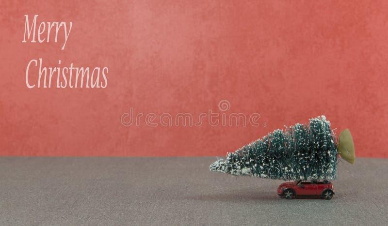 Kleine auto die de Kerstmisboom krijgen royalty-vrije stock foto