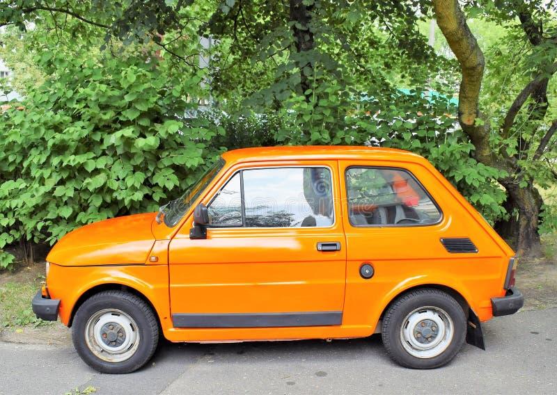 Kleine auto Fiat 125p op het parkeerterrein in Poznan-Polen royalty-vrije stock foto's