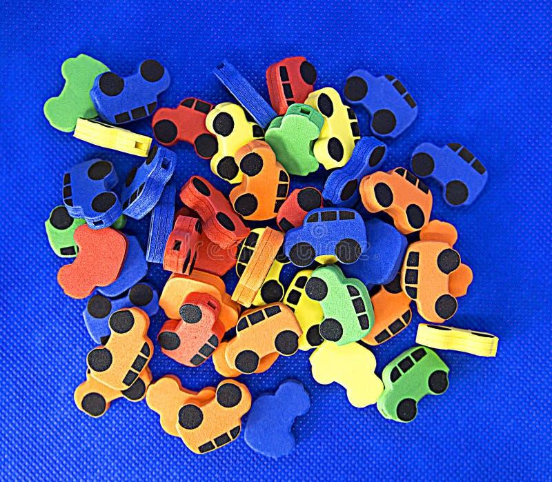 Kleine Autos des Babys hergestellt vom weichen Material für das Aufreihen auf einer Spitze, für die Entwicklung der Feinmotorik d stockbilder